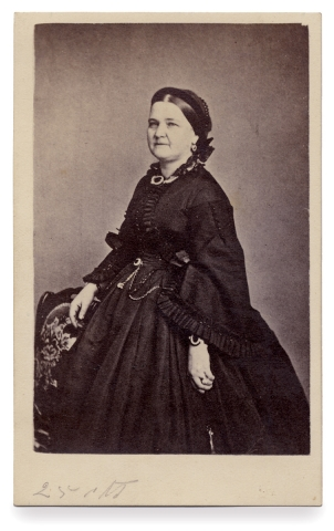 [Carte de visite Photograph of First Lady Mary Todd Lincoln]. Mary Todd Lincoln; 1818–1882.